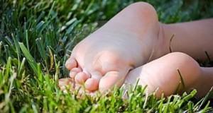 Вежби за рамни стопала кај децата на плажа и на трева